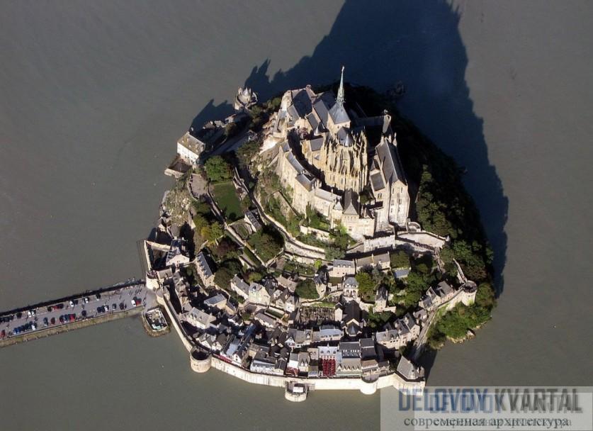 Вид на Мон-Сен-Мишель с высоты птичьего полета, во время отлива