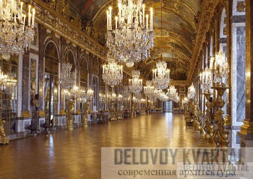 Гэлери-де-Гпас (Зеркальный зал) длиной 12 метра - триумф стиля барокко. Посетителям нельзя входить туда в обуви на каблуках, их просят разуться, чтобы не повредить изящный паркет.