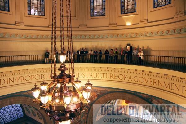 «Шепчущая галерея» в Национальном скульптурном  зале Капитолия отражает даже  самый слабый звук так, что он разносится по залу.