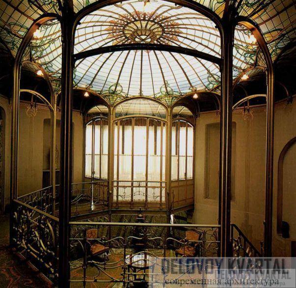 Естественное освещение, характерное для архитектурных творений Орта, в доме ван Этвельде льется через стеклянный потолок над центральным залом.