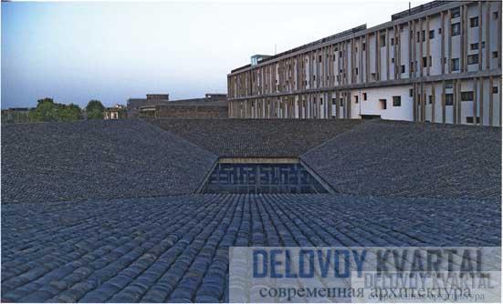 Черепичная крыша здания классных комнат