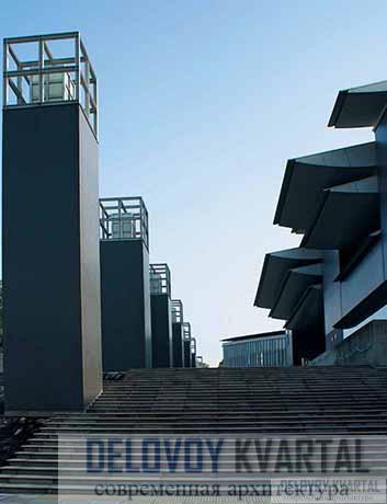 Главная лестница музейного комплекса с фонарями