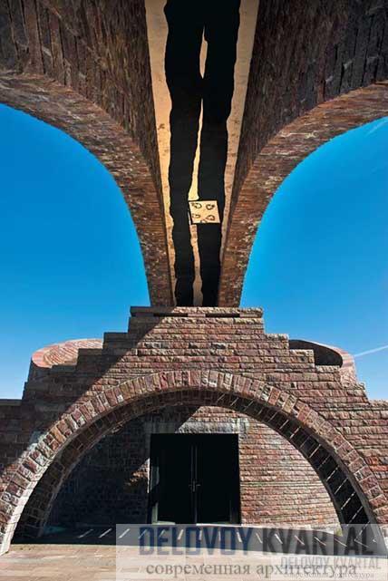 Поперечная лестница и вход в часовню Вид со стены часовни на Альпы