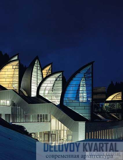 Ночная подсветка фасада спа-центра Фасад спа-центра со световым фонарем. Фрагмент
