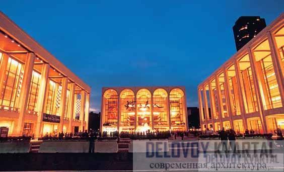 Площадь Линкольн-центра исполнительских искусств. Театр Дэвида Коха (слева), Метрополитен-опера (по центру) и Эвери-Фишер-Холл (справа)