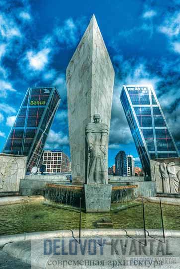Памятник Хосе Кальво Сотело (скульптор Карлос Феррейра и архитектор Мануэль Мансано Монис) на площади перед Воротами Европы