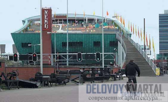 Музей NEMO. Вид на открытую террасу кровли здания