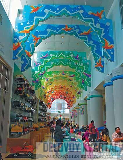 Разноцветные «арки», поддерживающие свод галереи
