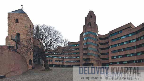 Общий вид ратуши со стороны главной площади комплекса