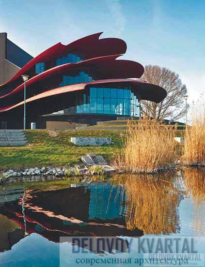 Вид главного фойе театра со стороны озера