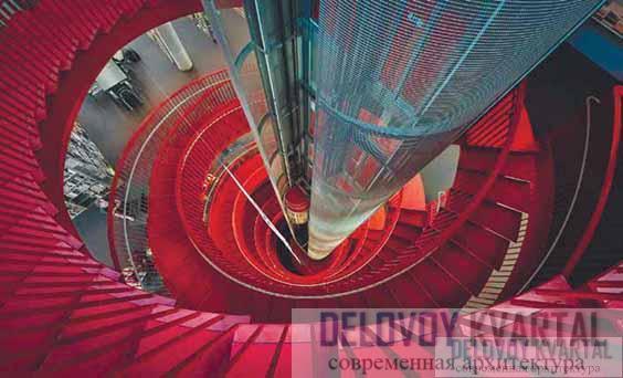 Красная винтовая лестница — главный акцент интерьера библиотеки
