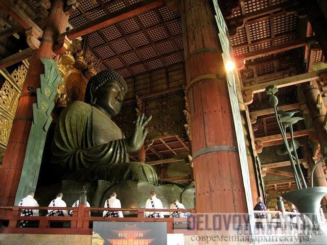 Статую много раз восстанавливали, и единственное, что осталось от первого Будды, это несколько лепестков лотоса-трона, на котором он сидит