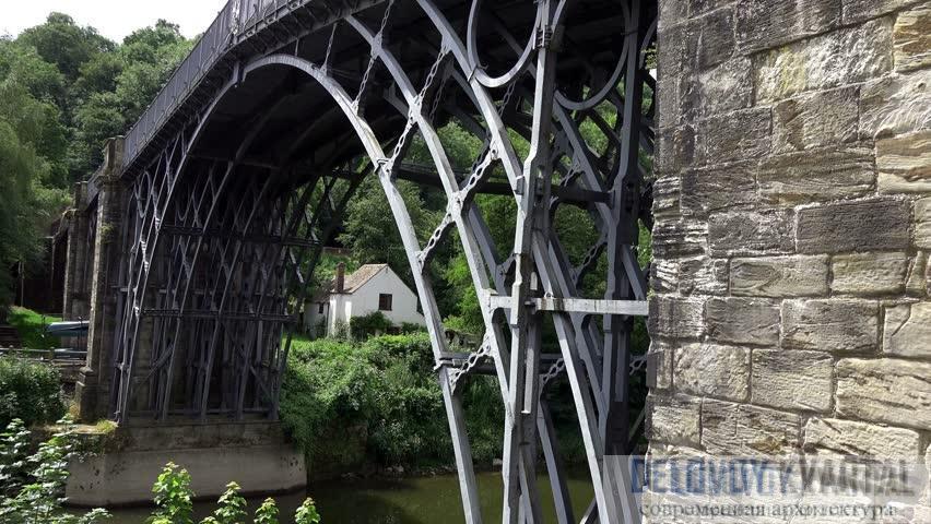 Детали замысловатого чугунного литья.  В наши дни у одного конца моста построили небольшой музей и магазин для туристов.