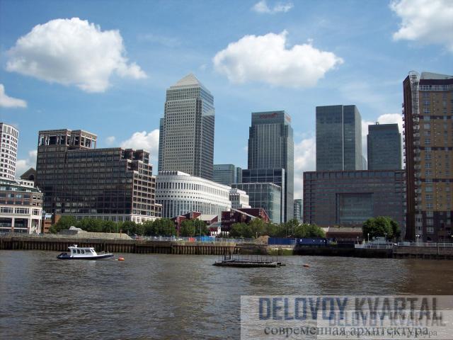 Вид но башню со стороны Темзы. Ев четырехугольная призма, увенчанная пирамидой, господствует над окружающим архитектурным пространством.