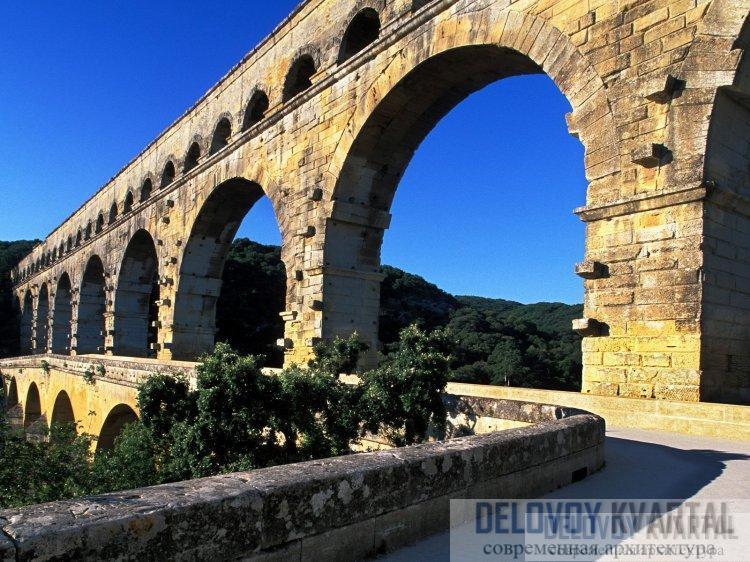 Деталь средней и верхней каменных аркад.