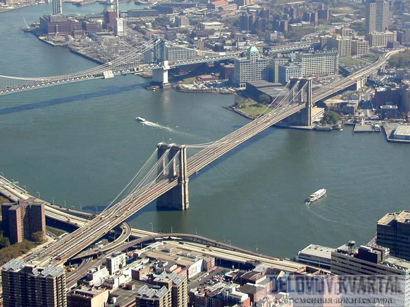 Величественный мост пересекает Ист-Ривер.