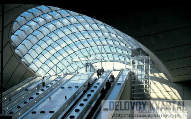 Станция со стеклянным  куполом напоминает большие Лондонские вокзалы девятнадцатого века.