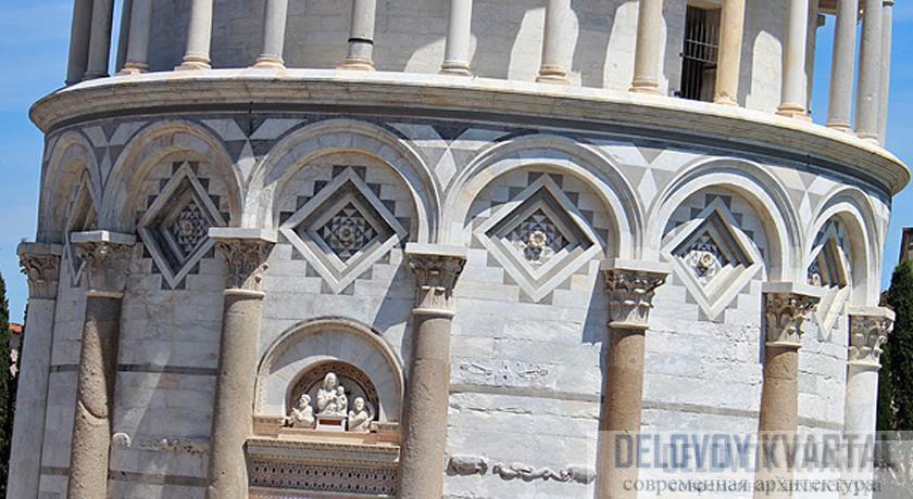Основание башни украшено колоннами, арками и каменной резьбой