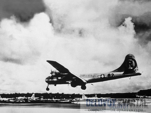 Бомбардировщик «Энола Гэй» приземляется после того, как сбросил бомбу на Хиросиму
