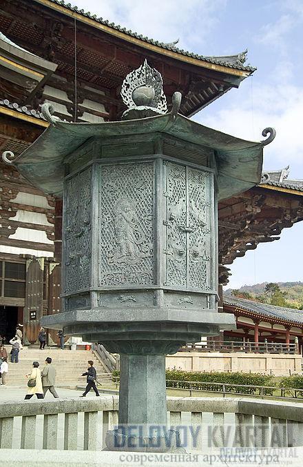 Бронзовый фонарь перед залом Великого Будды искусно украшен фигурами богов и легендарных героев.