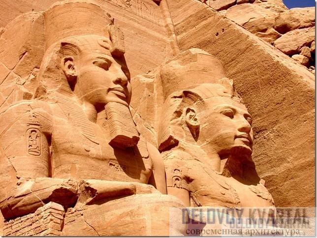 Две из четырех огромных статуй Рамсеса II смотрят с фасада Большого храма в скале Абу-Симбел.