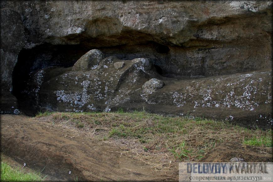 В единственной каменоломне на острове нашлось множество мегалитов и недоделанных статуй, их по какой-то причине внезапно бросили вместе с инструментами