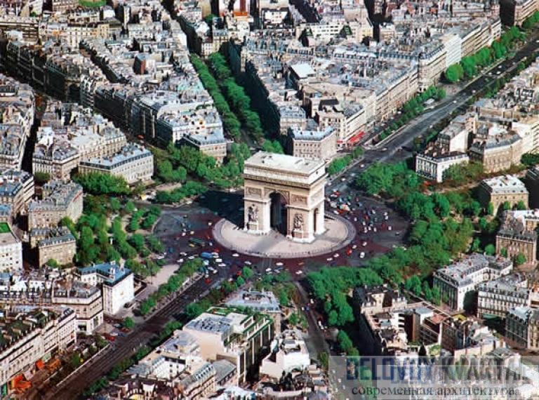 Триумфальная арка гордо стоит в самом центре Парижа, у начала Елисейских Полей, на площади Шарля де Голля (бывшей площади Звезды). К площади сходятся целых 12 улиц.