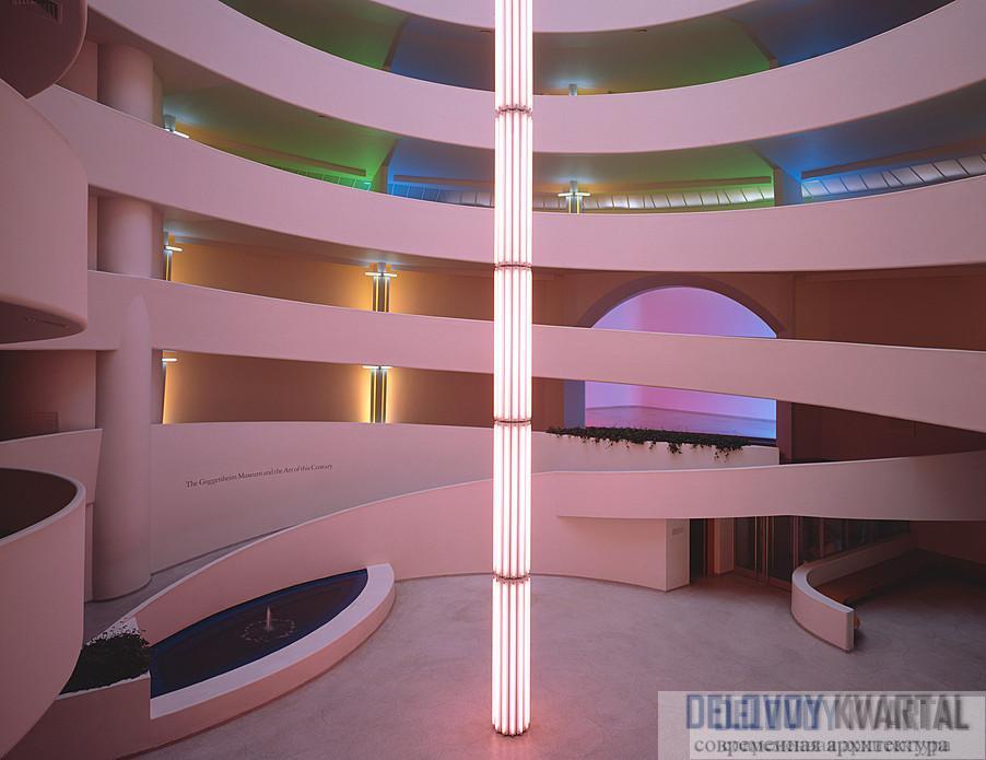 Световая скульптура Дона Флавина тянется снизу прямо под купол, она стоит в самом центре спирали.
