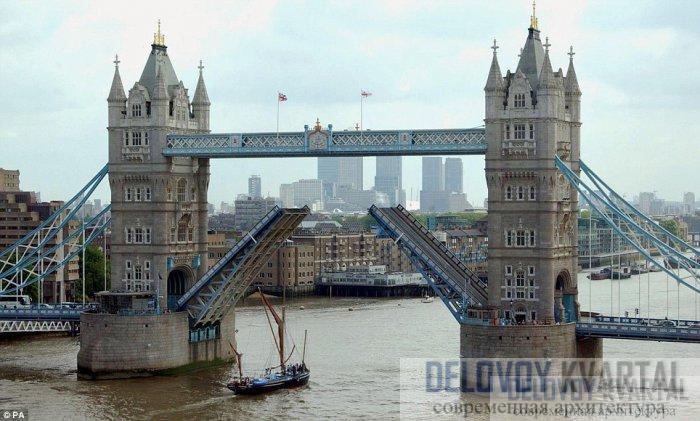 Гидравлическая сила поднимает крылья моста, чтобы пропустить суда