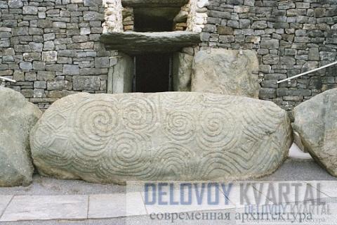 Перед единственным входом в гробницу лежит огромный резной камень, 3 метра длиной и 1,2 метра высотой.