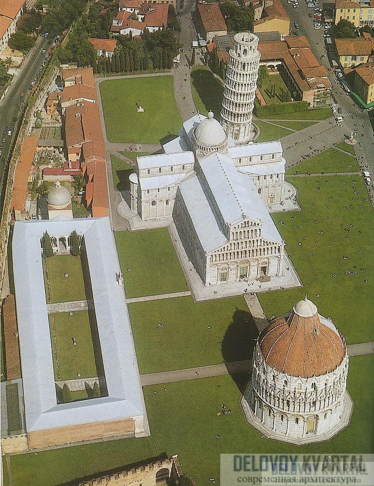 Наклон башни заметно контрастирует со строгой прямотой других зданий комплекса
