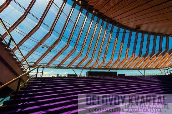Часть концертного зала со стеклянными стенами, откуда можно любоваться захватывающим видом