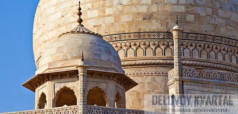Тонкие мозаичные узоры на камне украшают здания.