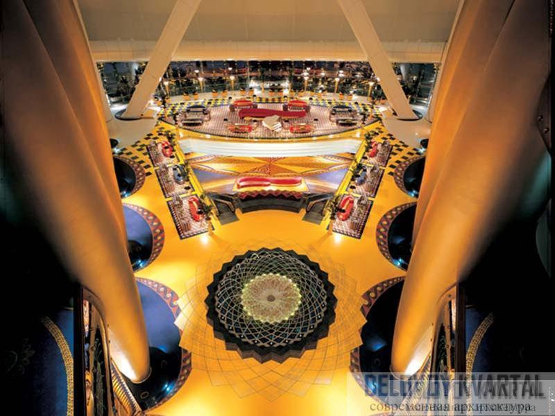 В атриуме, сияющем оттенками золотого цвета, посетителей поражает мозаичный пол и колоссальные, устремляющиеся ввысь колонны
