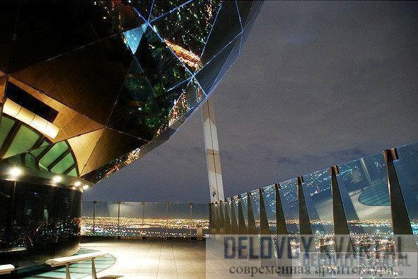 Небоскреб Центр Аль-Файзалия (Эр-Рияд, Саудовская Аравия). Самая верхняя часть небоскреба занята встроенными в него декоративными элементами.