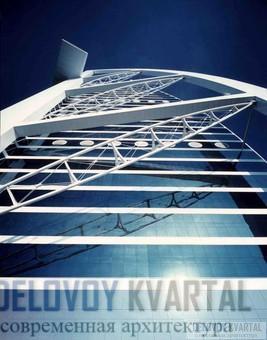 Каркас здания состоит из горизонтальных и диагональных ферм, за которыми просматривается облицованный стеклом  и тефлоном боковой фасад.