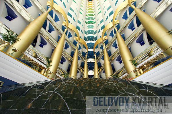 Богато декорированный атриум с каскадами огромных лестниц, с заостренными колоннами, с пересекающимися аркадами, типичными для архитектуры Ближнего Востока являет собой весьма эффектное зрелище.