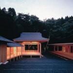 Сцена театра Но в лесу (арх. Кэнго Кума, Тоёма, Япония)
