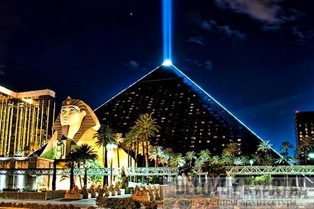 Отель Луксор (арх. Велдон Симпсон, Лас-Вегас, Невада, США)